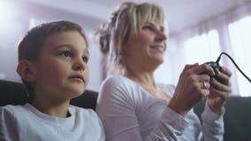 Nära övre mamma med sonen som meddelar under leken lager videofilmer