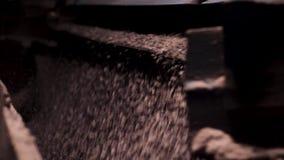 Nära övre process av krossad spillror som faller, tung bryta bransch Krossa liten makadam på en fabrik lager videofilmer