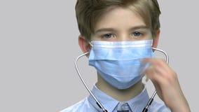 Nära övre pys med den medicinska maskeringen och stetoskopet stock video