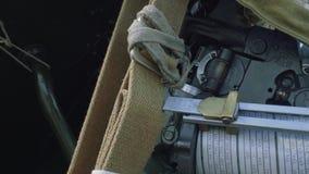Nära övre sikt av att uppsätta som mål systemet av haubitens D-30 arkivfilmer