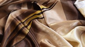 Nära övre sikt av den färgrika silkeslena torkduken lager videofilmer