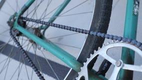 Nära övre sikt av en fast retro cykel för grönt spår på en velodrome stock video