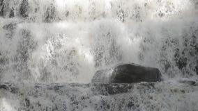 Nära övre sikt av en vattenfall på en solig dag stock video