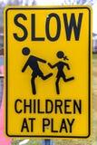 Nära övre sikt av långsamma barn på lektecknet fotografering för bildbyråer