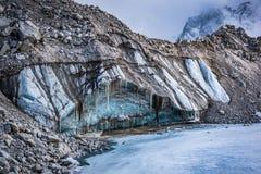 Nära övre sikt av is och stenar på den Khumbu glaciären royaltyfria bilder