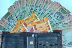 Nära övre sikt av plånboken med 200 rupier och gamla 100 rupier indiska sedlar på bakgrund royaltyfri fotografi
