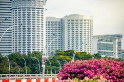 Nära övre sikt av skyskrapor från promenadbron i Singapore royaltyfria foton
