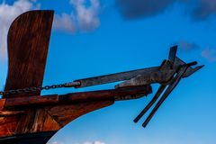 Nära övre sikt av träför- och metallankaret på överkanten arkivbild