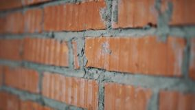 Nära övre sikt av väggen med röda tegelstenar och grå betong i workhouse stock video