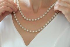 Nära övre sikt för skörd av halsbandet för vit för trendig kvinna den bärande pärlemorfärg fotografering för bildbyråer