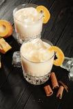 Nära övre sikt på den vita proteinaceous äggcoctailen i exponeringsglas Exponeringsglas med is, pumpa och kanelbrunt anseende på  arkivbilder