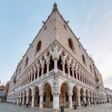 Nära övre sikt på doges slott i Venedig royaltyfri fotografi