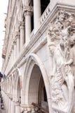 Nära övre sikt på doges slott i Venedig fotografering för bildbyråer