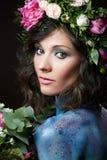 Nära övre skönhetstående av en ung kvinna med peones arkivbilder