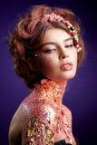 Nära övre skönhetstående i en studio royaltyfri fotografi