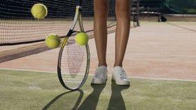Nära övre skott av den fallande tennisbollen på jordningen arkivfilmer