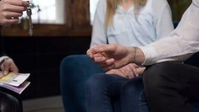 Nära övre skott av kvinnliga klienthänder som ger pengar till hennes kvinnliga fastighetsmäklare stock video