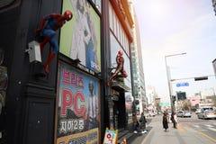 Nära övre skott av spidermanen och Ironman på byggnad royaltyfri fotografi