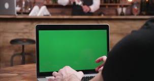 Nära övre skriva för skottaffärsman som är snabbt på en dator med den gröna skärmen arkivfilmer