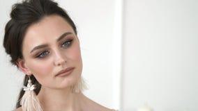 Nära övre stående av den attraktiva kvinnan som ler brunett Sinnesrörelser av en härlig flicka med trendig modern makeup lager videofilmer