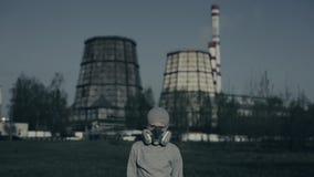 Nära övre stående av den bärande föroreningmaskeringen för ung pojke mot fabrikslampglas Luftf?roreningbegrepp stock video