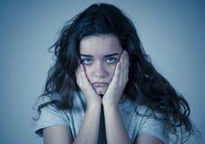 Nära övre stående av den kvinnliga lida fördjupningen för tonåring Ledsen framsida, mänsklig sinnesrörelse för dysterhet royaltyfria bilder