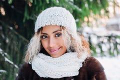 Nära övre stående av den unga härliga flickan med afro hår i vinterskog Jul begrepp för vinterferier snowfall arkivbilder