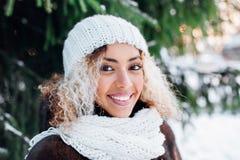 Nära övre stående av den unga härliga flickan med afro hår i vinterskog Jul begrepp för vinterferier snowfall royaltyfri bild