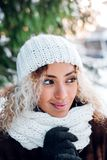 Nära övre stående av den unga härliga flickan med afro hår i vinterskog Jul begrepp för vinterferier snowfall fotografering för bildbyråer