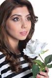 Nära övre stående av den unga kvinnan för härlig brunett med den vita blomman royaltyfri fotografi