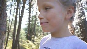 Nära övre stående av en härlig ung flicka som tycker om och äter en ny smörgås under en sommarferie stock video