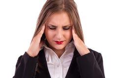 Nära övre stående av en nätt ung affärskvinna med headach arkivbild