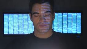 Nära övre stående av en programmeraregeek i en datorhall som fylls med bildskärmskärmar stock video