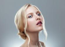 Nära övre stående för skönhet av den nordiska naturliga blonda kvinnan Fotografering för Bildbyråer