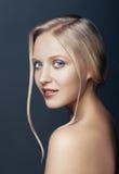 Nära övre stående för skönhet av den nordiska naturliga blonda kvinnan Arkivbild