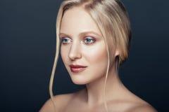 Nära övre stående för skönhet av den nordiska naturliga blonda kvinnan Royaltyfri Fotografi
