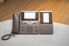 Nära övre tangentbord på ip-telefonapparater på kontorsskrivbordet arkivfoto