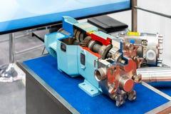 Nära övre tvärsnitt av den tekniskt avancerade och kvalitets- roterande eller för lobkugghjulvakuum pumpen med kugghjulasken för  royaltyfria foton