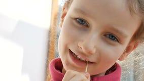 Nära övre ungestående av sött äta för liten flicka som är ljust - gröna microgreens av solrosen Ungar och natur, vegetarian arkivfilmer