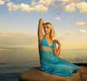 nära avslappnande havskvinna Royaltyfria Foton