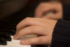 Nära bild från fingrar och piano Royaltyfri Fotografi