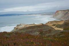 Nära den punktFabril stranden i den västra kusten av Portugal i Ferrel område Peniche, Portugal Arkivfoto