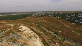 By nära en kommunal nedgrävning av sopor Fågel`-s-öga sikt arkivfilmer