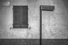 Nära fönsterslutare- och gatatecken - tom åtlöje upp för designbruk, tappningbakgrund arkivbilder