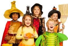 Nära fors av fem ungar i allhelgonaaftondräkter fotografering för bildbyråer