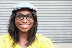 Nära framsida av den afrikanska kvinnlign med den exponeringsglas- och för tidningspojke hatten fotografering för bildbyråer