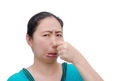 Nära kvinna hennes näsa från dålig lukt royaltyfri foto