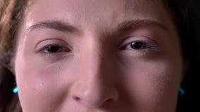 Nära längd i fot räknat av den unga ledsna gråt och att se för kvinna kameran, skönhetstående lager videofilmer