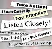 Nära lyssnar uppmärksamhet för lön för ord för tidningsrubriker Arkivfoto