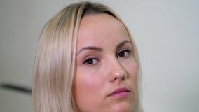 Nära porträtt från den europeiska vackra klonde unga kvinnan eller en tuff flicka som tittar i kameran arkivfilmer